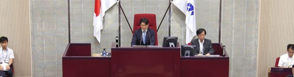 議長席に座る議長
